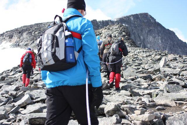 På fast mark igen och uppför berget.
