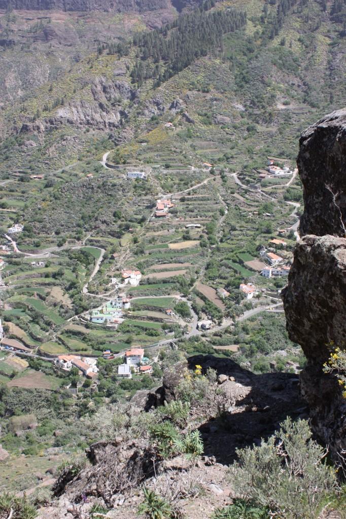 De pittoreska byarna som klättrar uppåt längs bergväggarna välkomnar oss med sina