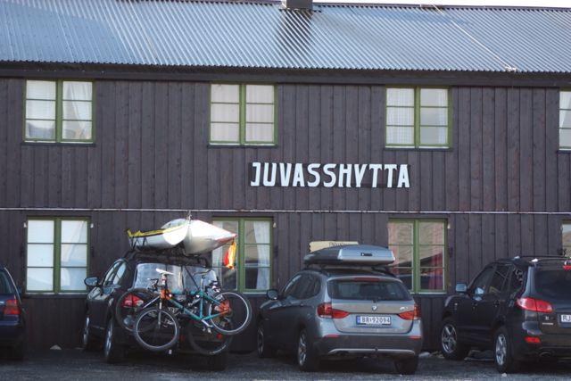 Vi körde bil till Juvasshytta och slog där följe med en organiserad vandring till toppen.