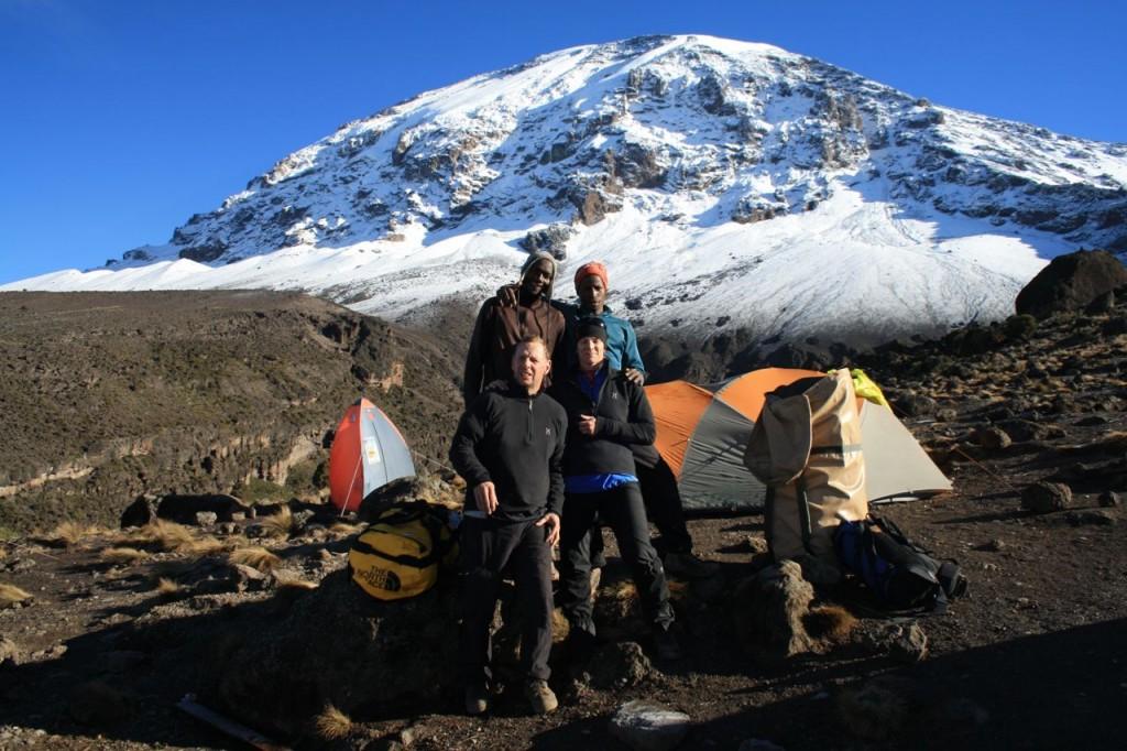 Vi och våra egna porters Simba och Mbeka. De stod där troget välkomnande vid varje ny camp med tältet upplagt och bäddarna utrullade.