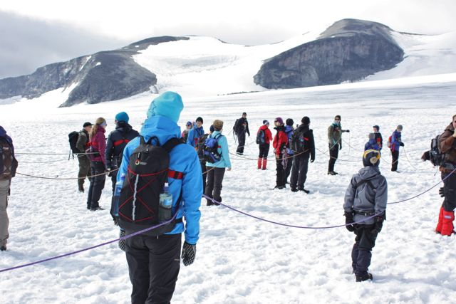 Innan vi vandrade ut på glaciären skulle vi haka fast vid varandra med rep. Trillar någon i en spricka så kan de andra rädda.