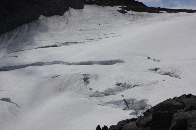 När man ser glaciären så här uppifrån kändes det som en bra ide' med repen... det var ganska många sprickor!