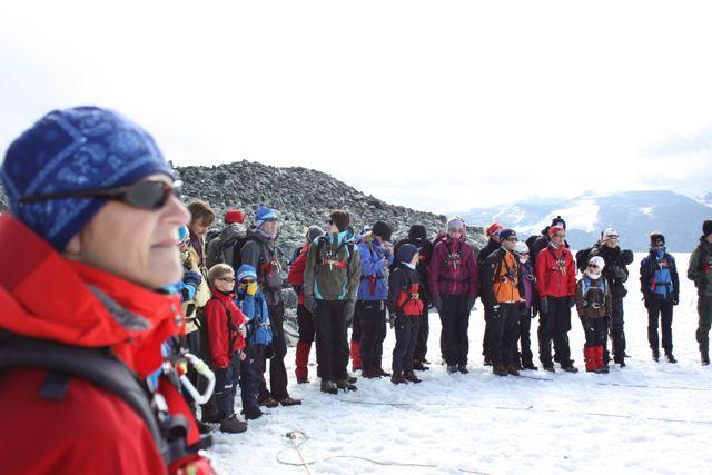 """Vid randen till glaciären """"Styggebreen"""" samlade guiderna hela sällskapet för information."""