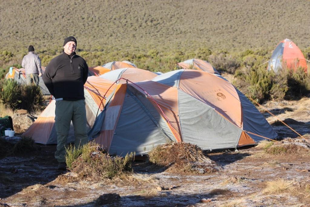 Detta tält var vårt hem i 9 dagar. Utedasset (uppe till höger) och mattältet delade vi med de andra i team Simba.