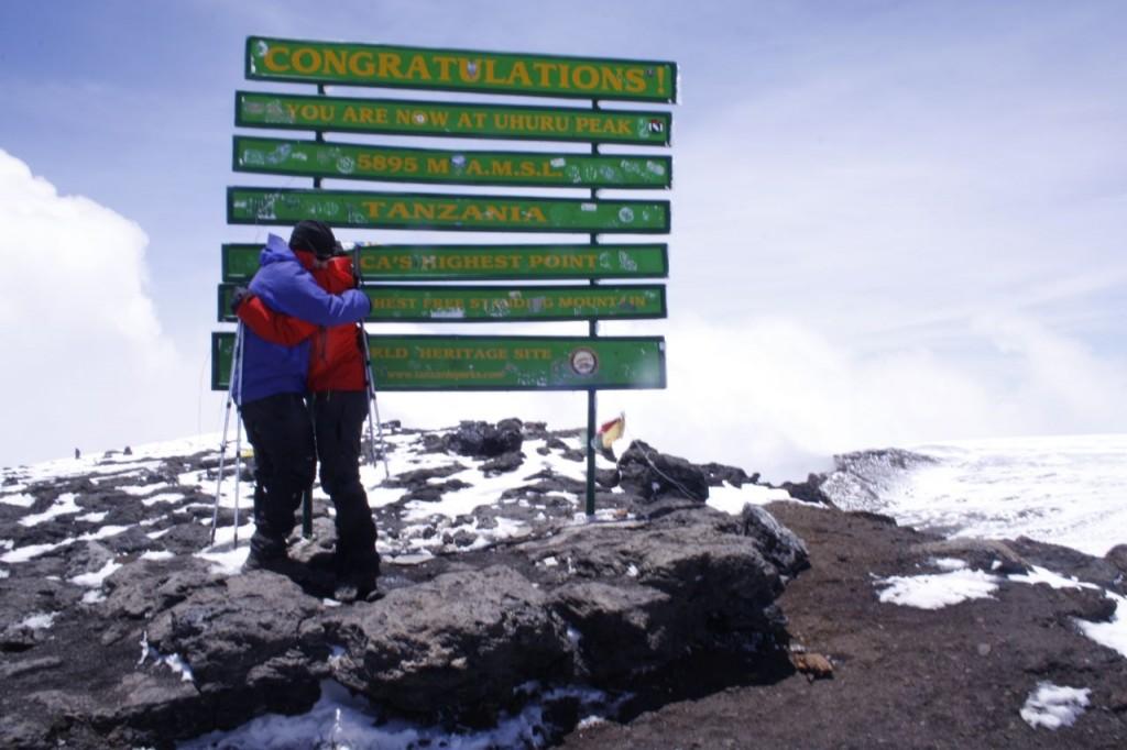 Och plötsligt är vi där uppe på Afrikas tak. Uhuru peak 5895 m.ö.h...och känslorna flödar. Det bästa vi gjort hittills!